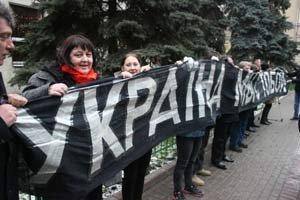 Немцов организовал в Москве пикет в поддержку украинской оппозиции