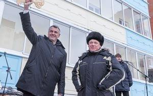 Сергей Носов вручил ключи от новых квартир детям-сиротам