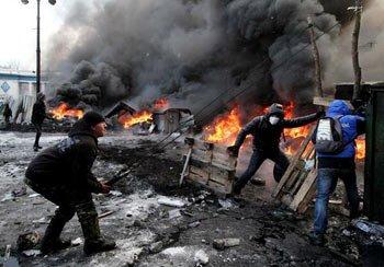 В Запорожье толпа попыталась взять штурмом здание областной администрации