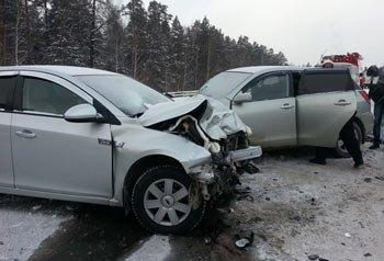 В ДТП на 74 км автодороги Екатеринбург - Алапаевск погиб человек, трое ранены