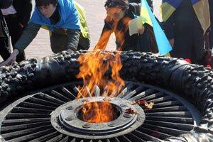Отрыжка майданной демократии - активистка партии Виталия Кличко сожгла георгиевские ленты у памятника Неизвестному матросу в Одессе