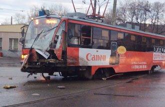 В Екатеринбурге бетоновоз КамАЗ врезался в трамвай