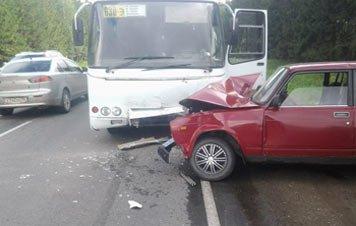 В районе Николо-Павловского столкнулись рейсовый автобус и ВАЗ-2107