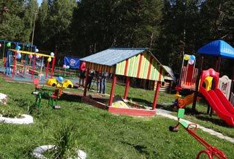 Единороссы подарили малышам из детского дома новую игровую площадку