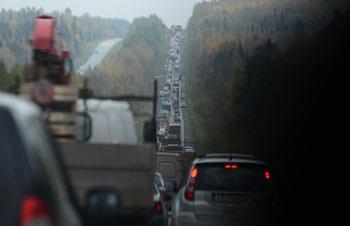 Из-за неизвестного груза на Южном подъезде к Нижнему Тагилу образовалась многокилометровая пробка
