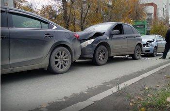 В Екатеринбурге в ДТП получили повреждения 5 автомобилей