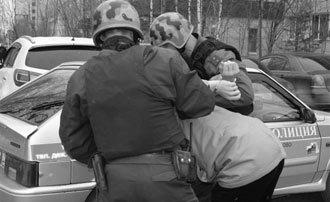 В Дзержинском районе молодой мужчина совершил умышленный наезд на сотрудника полиции