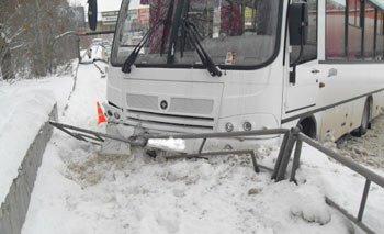 На Уралмаше автобус врезался в металлический забор, пострадал пенсионер