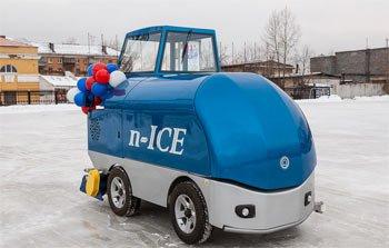 Новая машина для заливки льда появилась на стадионе