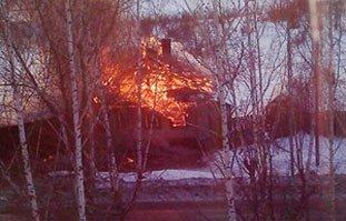 На улице Ермака сгорел деревянный дом, погибла женщина