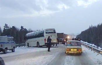 Автобус врезался в грузовик около села Лая на Серовской трассе