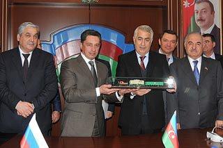 Олег Сиенко подписал договор на поставку ж/д вагонов в Азербайджан