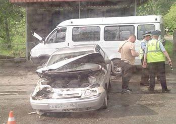 Напротив проходной КРЗ ВАЗ-2112 врезался в микроавтобус