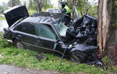 В Черноисточинске БМВ 7-й серии врезалась в дерево, водитель в коме