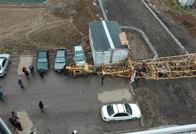 На Гальянке на припаркованные автомобили упал башенный кран