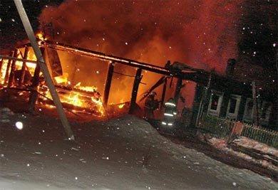 В селе Покровское под Нижним Тагилом сгорел жилой дом и два автомобиля