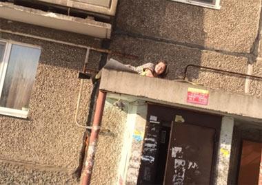 На Тагилстрое женщина выпала из окна квартиры