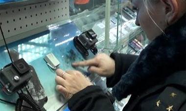 Студент колледжа и его подружка украли видеокамеру в магазине на улице Ленина