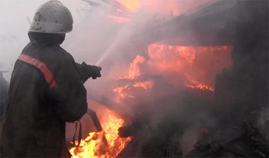 В поселке Висим огонь уничтожил дом с надворными постройками и баню