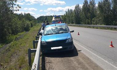 Пассажир выпал из салона авто на трассе под Нижним Тагилом и погиб