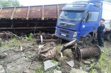 На Тагилстрое грузовой поезд столкнулся с фурой