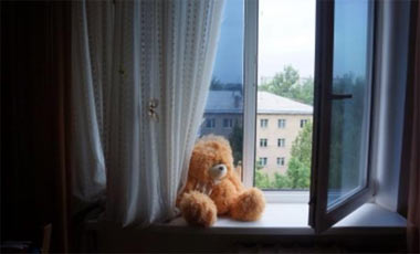 На Вагонке ребенок выпал из окна 4 этажа и погиб