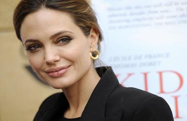 Анджелина Джоли прячется от папарацци в Малибу