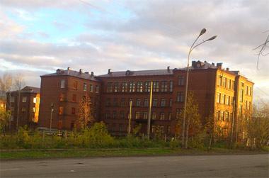 Из-за сообщения о заложенном взрывном устройстве эвакуировали более 800 человек из школы на Карла Либкнехта