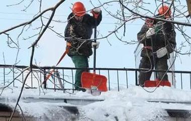 Прокуратура штрафует управляющие компании за несвоевременную чистку крыш от снега и наледей