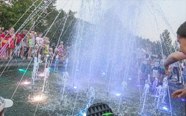 Триста тысяч заплатят родители подростка, который столкнул девочку в фонтан