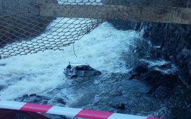 В Нижней Туре пьяный водитель пробил ограждение плотины на чужой иномарке