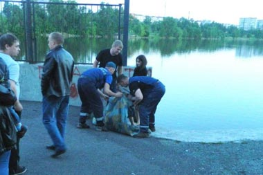 Пьяный мужчина едва не утонул в створе плотины Выйского пруда