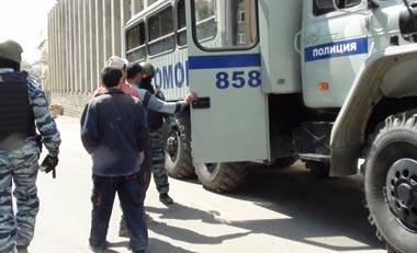 Полицейские и ОМОНовцы проверили гастарбайтеров на стройплощадке Нижнетагильского цирка