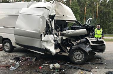 На Челябинском тракте в районе Сысерти микроавтобус врезался в КамАЗ, погибла женщина и 6 человек получили травмы