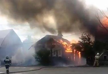 Пожар в Черноисточинске: сгорели два дома и два автомобиля