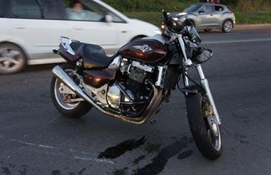 На Челюскинцев столкнулись мотоцикл и Hyundai Solaris