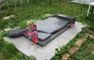 Подростки устроили погром на кладбище в селе Лая