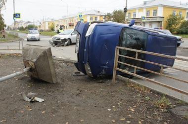 Пенсионерка пострадала в ДТП на Вагонке, на женщину упал дорожный знак