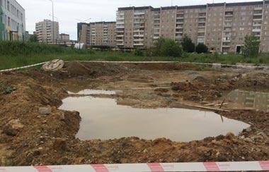 Девушку засосало в яму с грязью на Вагонке, понадобилась помощь спасателей