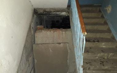 Рухнувшая бетонная плита отдавила ноги жителю многоэтажки на Зари