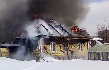 На Руднике сгорел жилой дом с постройками и внедорожник