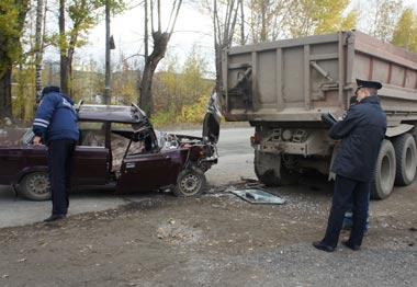 На ВМЗ ВАЗ-2107 врезался в самосвал КамАЗ, водитель легковушки погиб