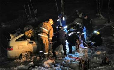 В районе деревни Беляковка под Нижним Тагилом лесовоз столкнулся с ВАЗ-2112: погибли 4 человека, в том числе два 6-месячных младенца