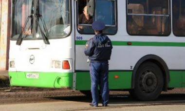 ГИБДД проверила водителей автобусов, нарушений меньше не стало