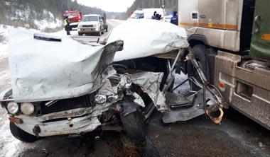 ВАЗ-2106 врезался в фуру на серовском тракте, пострадали 2 человека