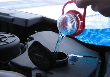 Зачем использовать жидкость для очистки стекла вместо воды и что выбрать?